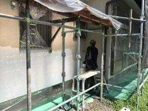 本日、T様邸外壁中塗り塗装及び一階軒樋錆止め塗装を行いました。