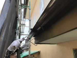 本日、T様邸軒樋竪樋上塗り塗装及び雨戸錆止め上塗り吹き付け塗装を行いました。