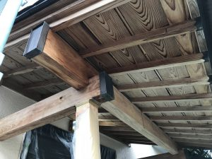 本日、T様邸玄関下屋保護塗料塗装及び養生剥し及び勝手口鉄部ケレン及び錆止め塗装及びT様アパート一部足場掛けを行いました。