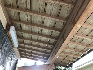 本日T様邸軒樋竪樋下塗り塗装及び玄関下屋あく洗いを行いました。